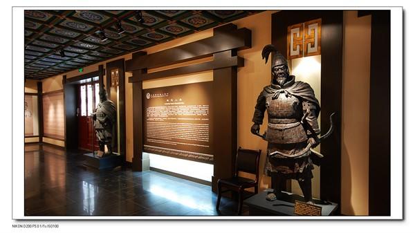 人杰地灵天花为仿古彩绘天花,形象抽取了先秦文化的元素厚重扎实.