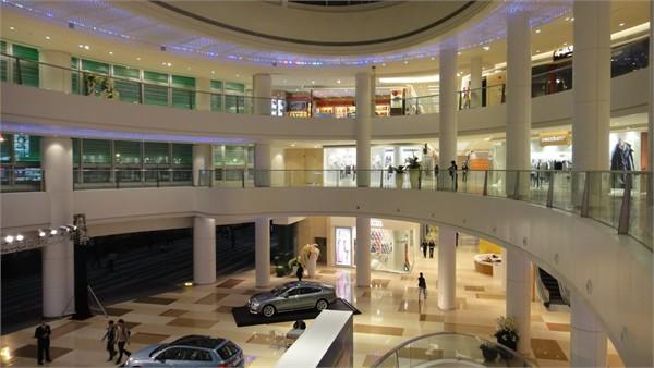 商场中庭,手扶梯底部等特殊位置,采用变色灯光照明穿孔铝板内部,形成