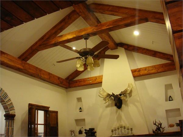 因为品牌定位是中高端客户,所以整体设计的要求是要做到新颖兼大气。展厅的整个工程造价在30万左右。 此产品的瓷砖以复古为主,大家可以看看做好的实景照,我设计这套展厅的调调,就是乡村田园风。 从外门头的红砖到大厅吊顶的松木做旧,从过道的原木梁到中式风的灶台和葡萄藤架,都是为了表达田园风格的元素。