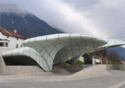 """""""2010 ZUMTOBEL 奥德堡照明VIP之旅""""参观奥德堡照明项目:在因斯布鲁克由扎哈?哈迪德设计的缆车站台。"""